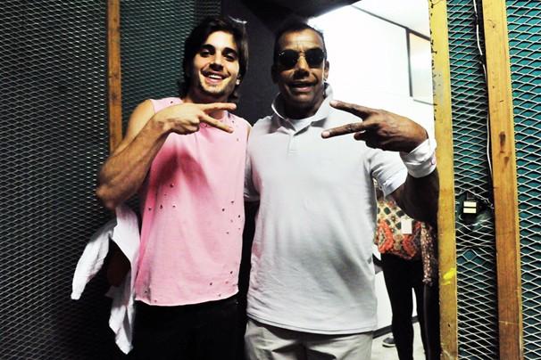 Este papo deve ter sido divertido: Fiuk e Jorge Benjor nos bastidores da gravação (Foto: Reinaldo Marques/Rede Globo)