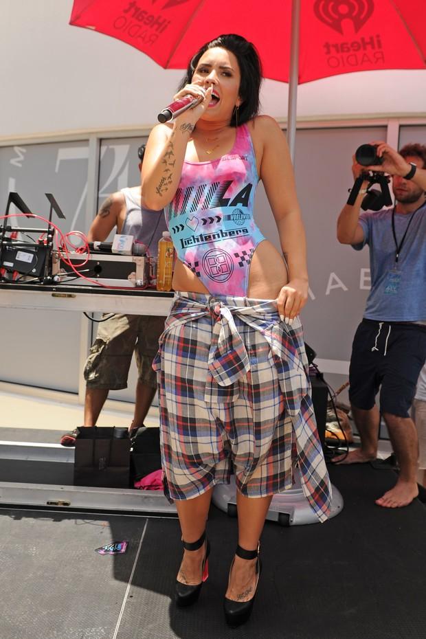 Demi Lovato se apresenta em festa na piscina em Miami, nos Estados Unidos (Foto: Larry Marano/ Getty Images)