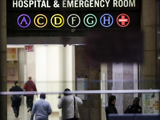 Entrada da emergência do Hospital Bellevue, onde criança está sendo testada para ebola e onde médico Craig Spencer está internado com a doença (Foto: AP Photo/Mark Lennihan)