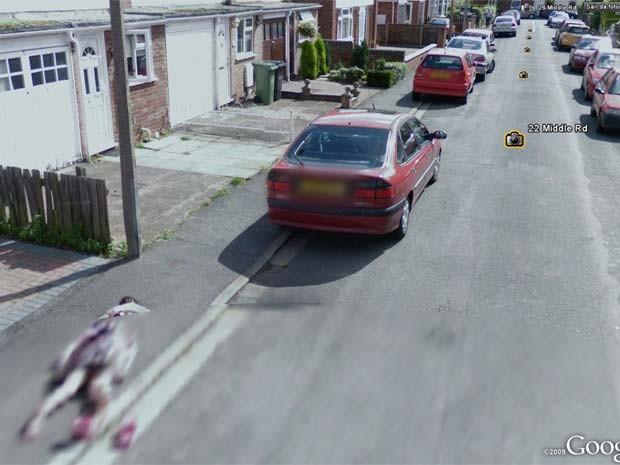 Menina de dez anos caída na calçada que foi capturada pelo Google Street View. (Foto: Reprodução)