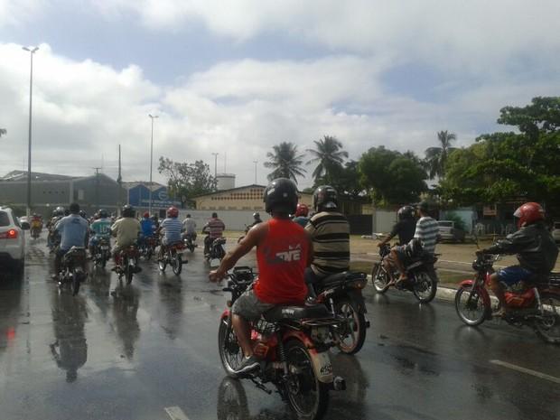 Motoqueiros seguem até o Fórum no Barro Duro.  (Foto: Carolina Sanches/ G1)