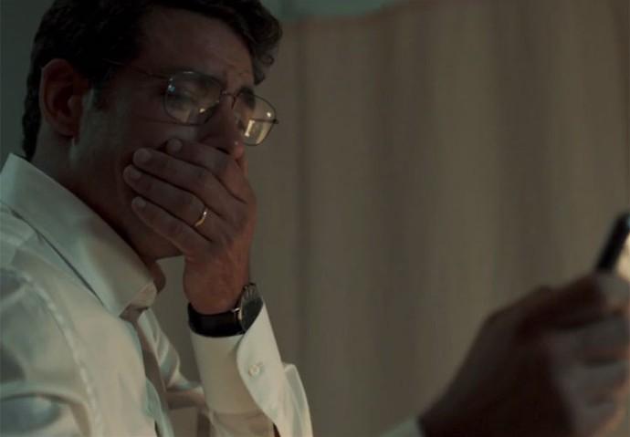 Maurício faz o vídeo de Beatriz inocentando-o (Foto: TV Globo)