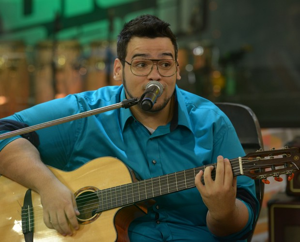 Lui Medeiros canta música em homenagem a Claudia Leite (Foto: Camila Serejo\Gshow)