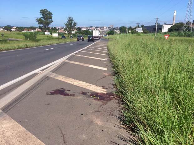 Mancha de sangue estava a 30 metros do viaduto onde rapaz foi atropelado em Americana (Foto: Cristina Maia Mitre / EPTV)