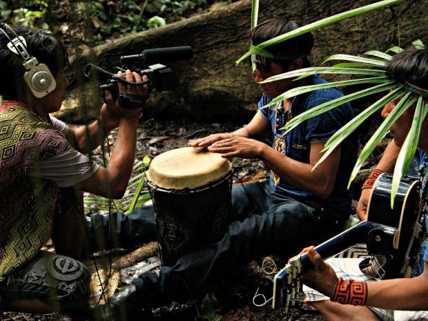 Aproximadamente 30 indígenas parciparam da produção do jogo, junto com equipe de SP (Foto: Divulgação/Produção)