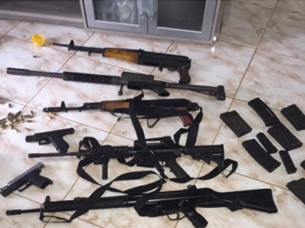Metralhadoras foram apreendidas com suspeitos em Campinas, SP (Foto: Divulgação/SSP)