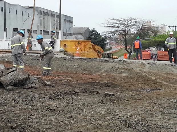 Obras do VLT geram mudan�as no tr�nsito em S�o Vicente, SP (Foto: Solange Freitas/TV Tribuna)