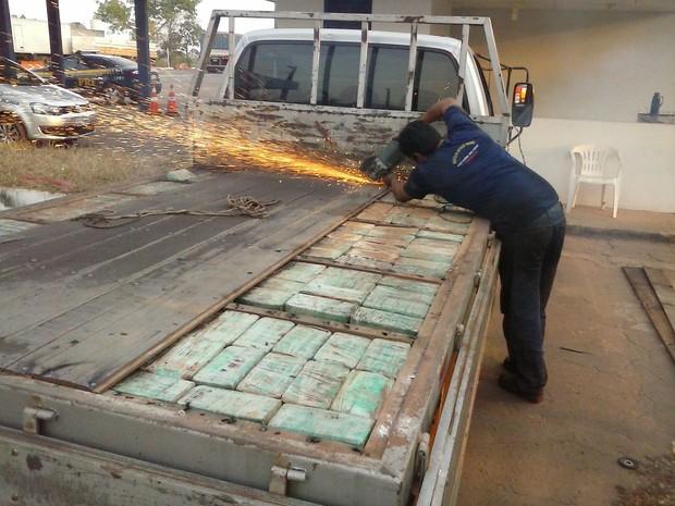 Para retirar a droga do compartimento foi preciso o serviço de um serralheiro (Foto: PRF Tocantins/Divulgação)