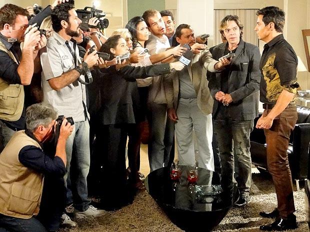 Inácio dá entrevista como se fosse Fabian. Pode? (Foto: Cheias de Charme / TV Globo)