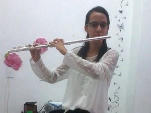 Além de reger, Carolina toca flauta transversal, tropete, violão e guitarra (Foto: Arquivo Pessoal)