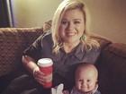Que fofura! Kelly Clarkson publica foto de sua filha de poucos meses