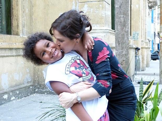 Drica pararica o filho Mateus nos bastidores da novela (Foto: Bruno Deminco/Gshow)
