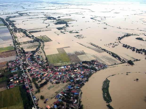 Foto aérea mostra os danos causados pelo tufão Koppu ao norte da capital Manila, nas Filipinas. O tufão causou a morte de 58 pessoas, e deixou mais de 100 mil em abrigos temporários  (Foto:  Malacanang Palace/via Reuters )