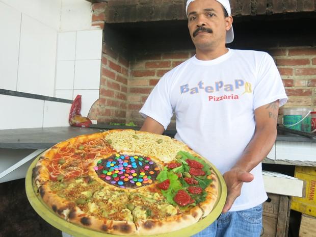 Ricardo Santos e uma de suas pizzas gigantes, de cinco recheios (Foto: Mariane Rossi/G1)