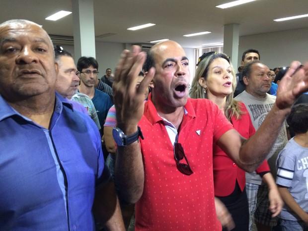 Moradores protestam durante votação do IPTU em Palmas  (Foto: Cassiano Rolim/TV Anhnaguera)