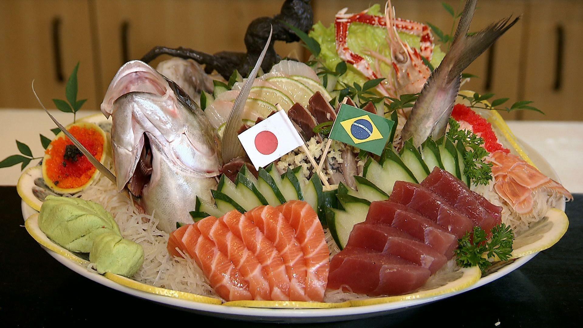 Peixe japonês com peixe brasileiro; sashimi da copa (Foto: Reprodução / TV Tribuna)