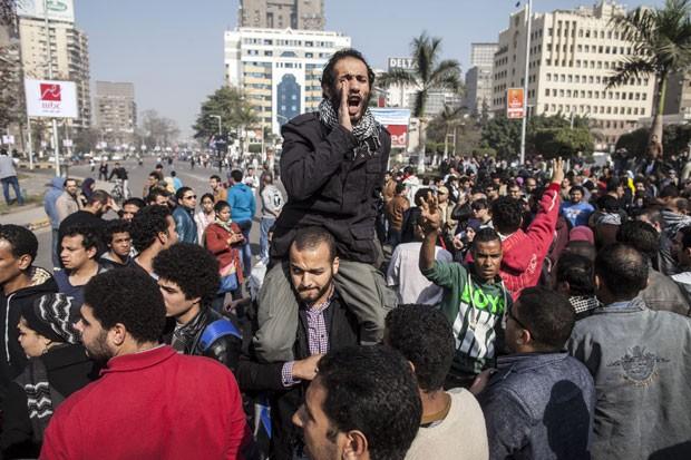Manifestantes contra o governo do Egito fazem protesto no aniversário de 3 anos da revolução de 2011 que derrubou Hosni Mubarak do poder. Eles foram reprimidos pela polícia egípcia (Foto: Mahmoud Khaled/AFP)