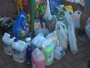Material de limpeza e ração foram doados durante o evento (Foto: Katylenin França/Rede Clube)