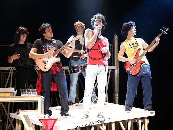 Emílio Dantas interpreta Cazuza, que aparece acima com o Barão Vermelho (Foto: Léo Aversa)