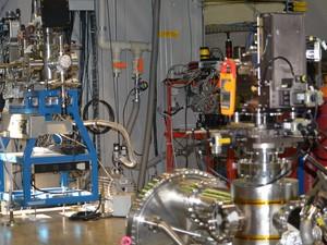 Estação de trabalho de pesquisadores no LNLS (Foto: Roberta Steganha/ G1)