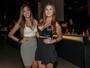Ex-BBBs Talita e Tamires usam decotes em show de Wesley Safadão
