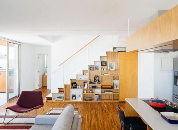 escada-estante-marcenaria-cozinha-sofa-sala (Foto: Pedro Kok/Divulgação)