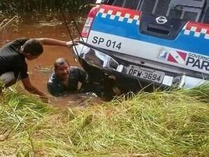 Carro que transportava presos capotou em ribanceira (Foto: Divulgação / Susipe)