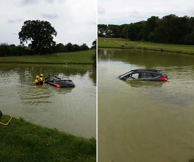 Motorista britânico perdeu controle de direção e foi parar dentro de lagoa de fazenda (Foto: West Midlands Ambulance Service)