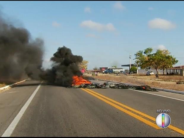 Pneus foram queimados para interditar rodovia (Foto: Reprodução/Inter TV Cabugi)