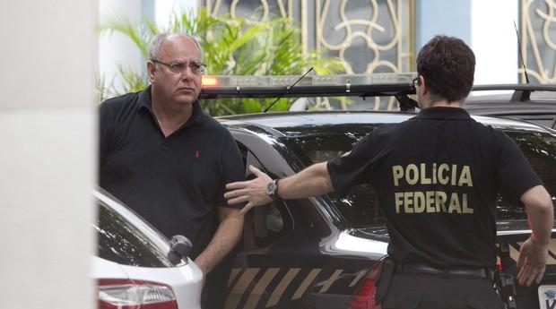 O ex-diretor de serviço da Petrobras, Renato Duque, chega a sede da Polícia Federal no Rio (Foto: Márcia Foletto / Agência O Globo)