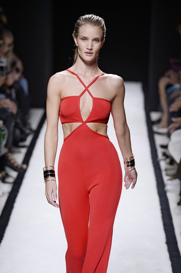 Rosie Huntington Whiteley desfila para Balmain na semana de moda de Paris (Foto: Getty Images)