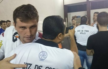 Técnico do Canoas interrompe coletiva de adversário e causa tumulto em MG