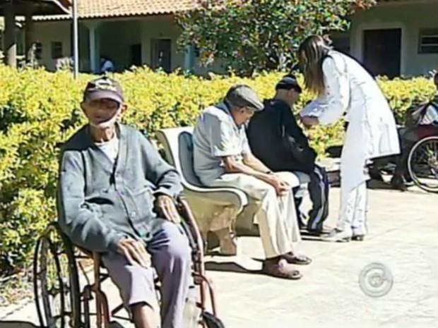 No asilo Lar São Vicente de Paulo, tomar banho de sol faz parte da rotina (Foto: Reprodução/ TV TEM)