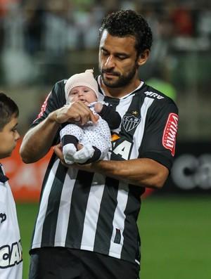 Ao lado do goleiro Victor, Fred carrega a filha Júlia, no Independência (Foto: Bruno Cantini/CAM)