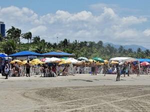 Ambulantes em praia de Bertioga, SP (Foto: Divulgação / Prefeitura de Bertioga)