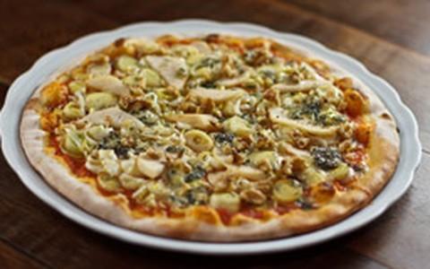 Pizza de gorgonzola com lascas de pera, nozes e alho-poró