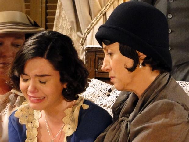Lindinalva é consolada por Florzinha e Quinquina (Foto: Gabriela / TV Globo)