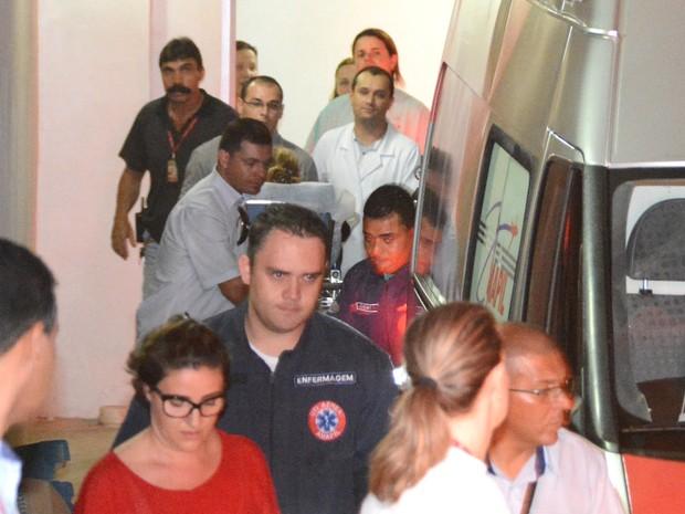 Angélica saindo da Santa Casa de Campo Grande (Foto: Gerson Oliveira/Correio do Estado)