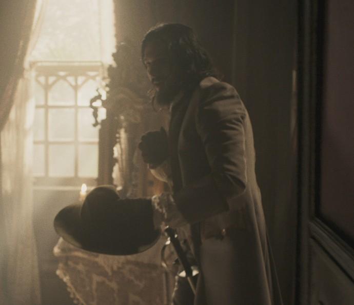 Gaspar invade a casa dos Raposo durante o velório do patriarca (Foto: TV Globo)