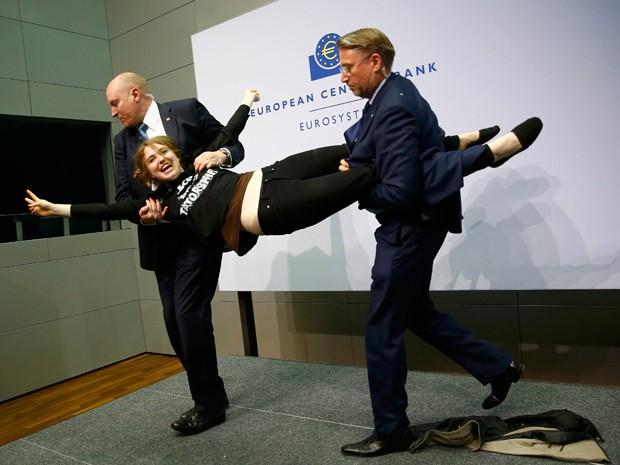 Garota foi retirada pelos seguranças do evento (Foto: Reuters)