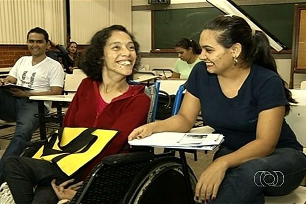 Jovem com paralisia cerebral consegue se formar na faculdade em Goianésia, Goiás (Foto: Reprodução/TV Anhanguera)