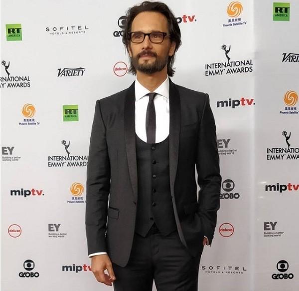Rodrigo Santoso, do elenco de Velho Chico, também apresentou um dos prêmios  (Foto: Instagram/ IEmmys)