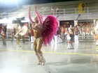 Gracyanne usa microfantasia e lamenta ausência de Belo em desfile