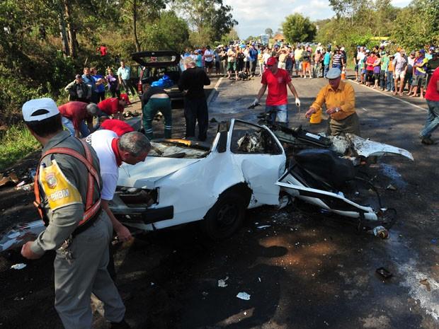 Acidente mata três pessoas em Paraíso do Sul (Foto: Ronald Mendes/Agência RBS)