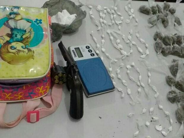 Mulher foi presa com drogas e arma dentro da mochila da filha na Bahia (Foto: Divulgação/Polícia Militar)