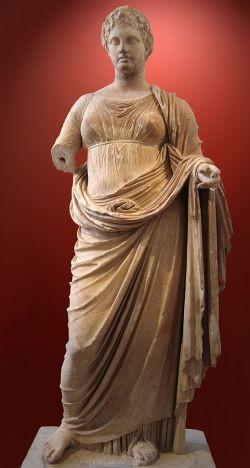 Themis, a deusa-guardiã dos juramentos dos homens e da lei. Estátua em mármore, 300 aC. (Foto: Museu Arqueológico Nacional de Atenas)