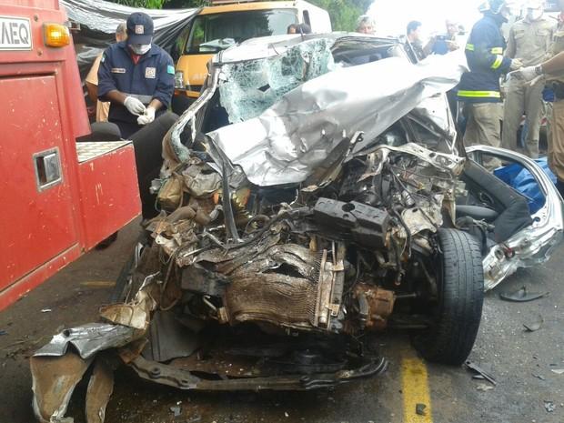 Automóvel onde estavam o padre e as catequistas bateu de frente contra o caminhão (Foto: Claudinei Souza)