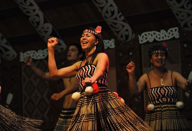 Mulheres também participam - o Poi, dança feita por elas, usa bolas amarras a fios com coreografias complexas (Foto: Divulgação/Te Puia)