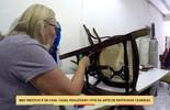 Casal vive da arte de restaurar cadeiras