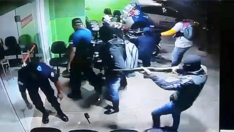 Usando armas longas, criminosos renderam e chegaram a agredir guardas municipais (Foto: Divulgação / Guarda Municipal)